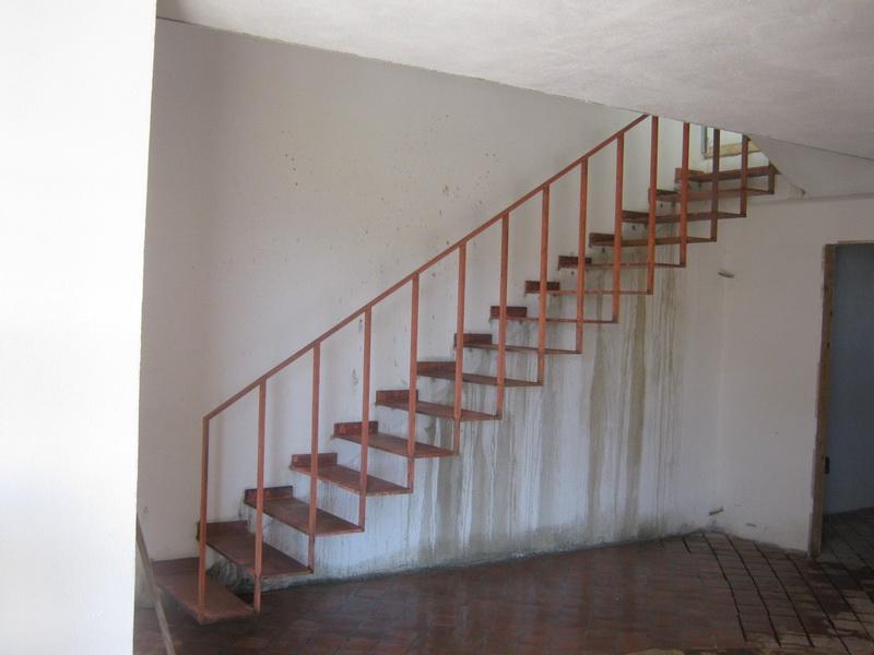Метална стълба с конзолно захващане